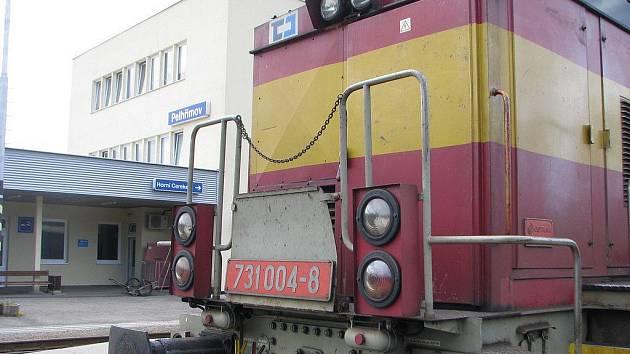 Tahle lokomotiva přijela na pelhřimovské nádraží jako poslední souprava před včerejší stávkou železničářů.  Od chvíle, kdy před středeční půlnocí dobrzila u perónu, se na nádraží nestalo vůbec nic. Ani lidé neklepali na pokladní okénko, o protestu věděli.
