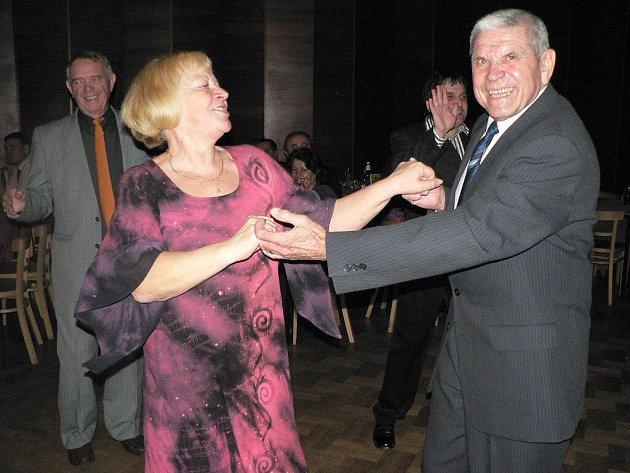 Dámy v krásných róbách, pánové v oblecích, příjemná atmosféra, tanec, ale také mušketýři a šermířské souboje. Přesně tak vypadal v sobotu večer divadelní ples pelhřimovského ochotnického spolku Rieger. Ten se konal už po třiadvacáté.
