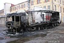 Zbytky z kamionu, který vyhořel v sobotu ráno v Žirovnici. Škoda se vyšplhala na dva miliony