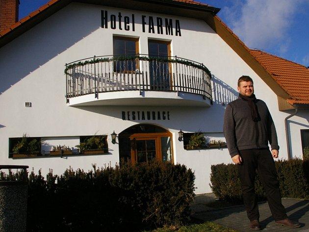 Nedávno také hotel spolu se Slávií a Měšťanským domem hostil víkend rakouské gastronomie, kdy zde vařil kuchař ze Sankt Valentinu. Na snímku jednatel Farmy Martin Plachý.