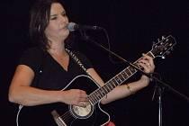 Radůza, vlastním jménem Radka Vranková, je schopná zahrát na různé hudební nástroje.