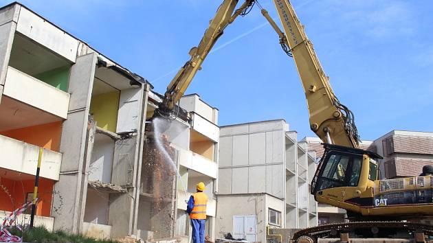 Do areálu pelhřimovské nemocnice v pondělí přijeli dělníci s demoličními stroji.