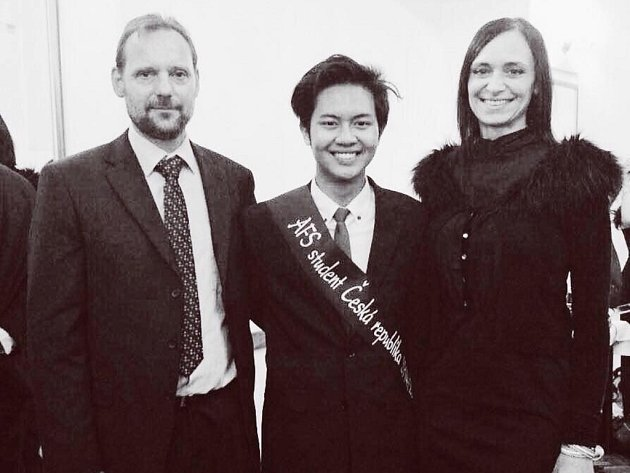 """Na snímku je student Aga z Indonésie se svými """"náhradními"""" rodiči."""