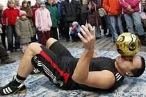 Žonglér Jan Skorkovský včera opět potvrdil, že dlouholeté místo v Guinnessově knize rekordů nemá pronajaté jen tak pro nic za nic. Pětapadesátiletý míčový kouzelník navíc nemyslí jen na sebe.