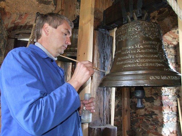 Restaurátor Jaromír Hurda z Pelhřimova provedl závěrečné ošetření jejich povrchu včelím voskem a oba zvony už znovu září novotou.