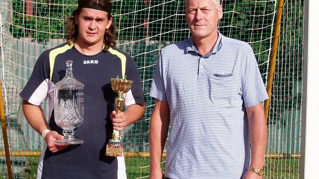 Trofej pro nejlepšího záložníka, která je v  Humpolci od roku 2000 pojmenována Cenou Josefa Kršky, převzal z rukou Josefa Kršky ml. humpolecký Jan Dolejš (vlevo).