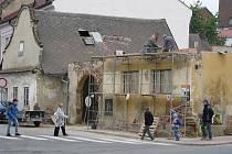Nárožní stavení přestane strašit milovníky estetična i kolemjdoucí. Po opravě si tam možná i nakoupí.