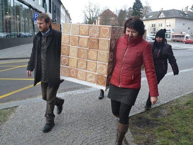 Od prosince do středy zdobila perníková kamna, která si upekli obyvatelé Humpolce, tamní infocentrum.