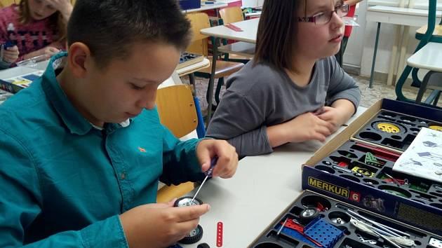 Na pelhřimovské základní škole Osvobození mají samostatnou učebnu se stavebnicí Merkur.