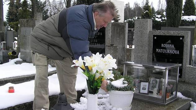 Postavit na hrob v Humpolci pěknou vázu či dražší květinu je o strach. Pokud výzdoba rovnou nezmizí, lidé ji kolikrát najdou rozbitou či pošlapanou.