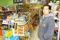 Na snímku vedoucí obchodu s potravinami i dalším zbožím na náměstí v Červené Řečici Bui Danh Nam.