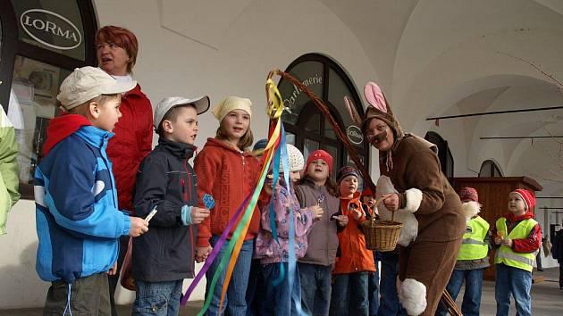 """Žáci pelhřimovských mateřských a základních škol měli v úterý plné ruce práce. Před pelhřimovskou radnicí totiž nastrojili více než deset velikonočních stromů """"vajíčkovníků"""". Jako dekorace jim posloužily vlastnoručně vyrobené ozdoby."""
