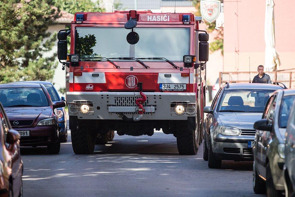 Špatně zaparkovaná auta brání v průjezdu hasičským vozům.