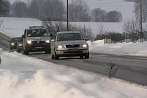 """Velmi nízké teploty působí neblaze na účinky soli. """"Ta přestává působit okolo mínus osmi stupni Celsia. Proto by měli být řidiči, zejména v ranních a večerních hodinách, obezřetní a opatrní,"""" řekl Dalibor Tomšů ze správy a údržby silnic"""