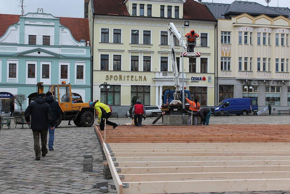Mobilní kluziště na Masarykově náměstí v Pelhřimově.