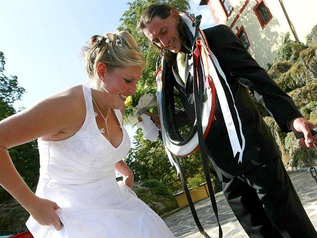 Jen co novopečení manželé Marie a Stanislav Kalendovi vyšli z obřadní síně na hradní nádvoří, dostal ženich od svatebčanů povedené dárky. Přátelé mu na krk nasadili chomout a na nohu železnou kouli, kterou se nevěsta musela pokusit přepilovat.