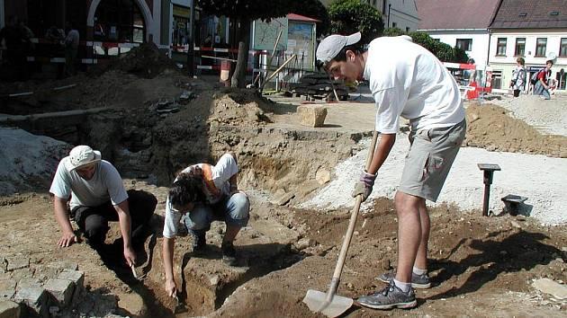 Na odborném výzkumu se podílejí také studenti archeologie. Ti pomáhali i s odkrýváním kanálku na odvod dešťové vody z patnáctého století (na snímku).