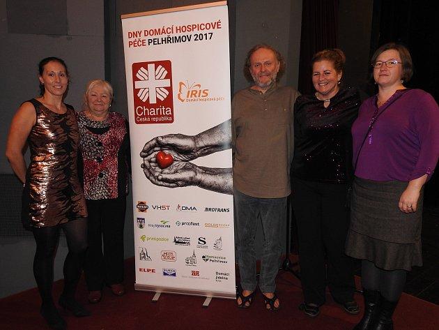 Část týmu charitní Domácí hospicové péče IRIS Pelhřimov s hercem Jaroslavem Duškem. Zleva Markéta Fuchsová, Anna Řádová, Jaroslav Dušek, Lenka Jüpnerová a Vendula Mazancová.