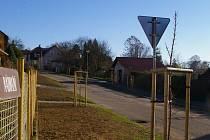 Zrušený chodník v délce zhruba 400 metrů v Nádražní ulici v Černovicích nahradily záhony a vybudované přístupy k jednotlivým rodinným domům.