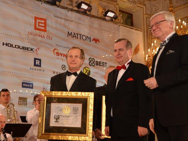 Cenu pro družsvo DUP Pelhřimov převzal jeho předseda Miroslav Kerouš.
