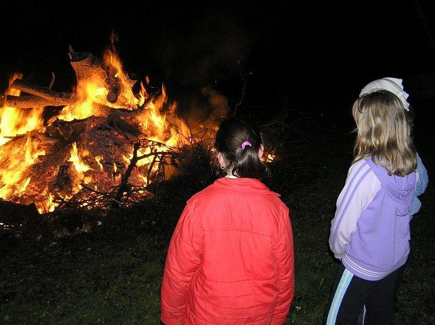 Pálení čarodějnic na Pelhřimovsku.
