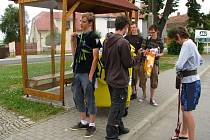 Výprava poobědvala v Lukavci na autobusové zastávce