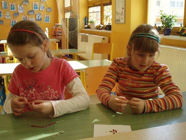 Děti z družiny vyráběly z korálků náramky.