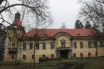 Zámek stojí uprostřed parku na okraji Lukavce. Jedná se o čtyřkřídlou jednopatrovou budovu se středovým nádvořím a s věží.