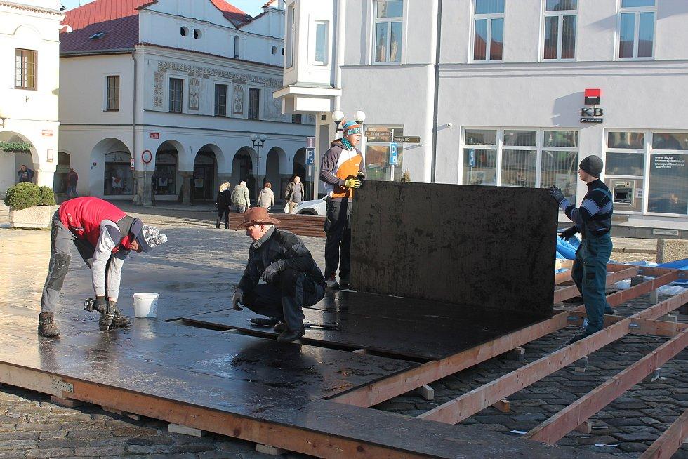 Mobilní kluziště na pelhřimovském náměstí.