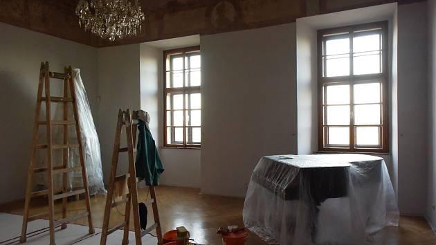 Práce v hradník parku i v interiérech hradu Kámen.