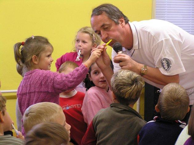 Po každém jídle. Děti by si zuby měly čistit nejlépe třikrát denně.