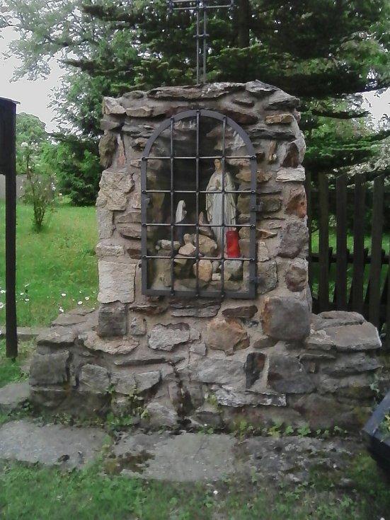 17. Pomníček u kostela