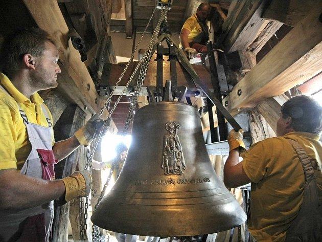 """Jelikož zvon sv. Mikuláše váží 850 kilogramů, bylo potřeba při jeho instalaci použít stěhovací zařízení. Zbylé dva zvony přenesli """"jen"""" jeřábem."""