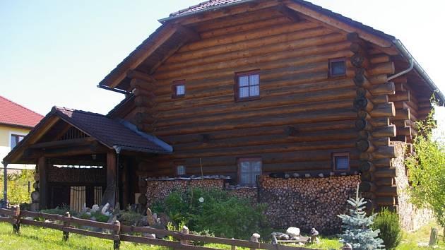 Dřevo. Tento dar přírody hojně používali již naši předkové. Jeho kvalit využil i majitel z Libkovy Vody.