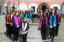Smíšený pěvecký sbor Kamínek z Kamenice nad Lipou mohou milovníci hudby slyšet i v tamním kostele Všech svatých, kde vystoupí při mši svaté.
