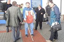 Aleš Klabouch poukázal na vážné nedostatky slepeckých pruhů i před samotnou nádražní halou.