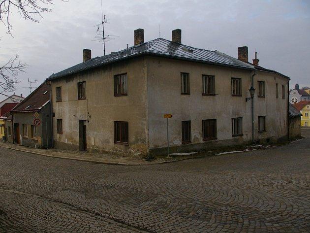 Tak vypadá současný stav domu, zcela vpravo žlutě září nově opravený rodný dům Otokara Březiny.