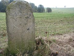Smírčí kámen u Janovic na Pelhřimovsku. Vyobrazenou zbraní je meč.