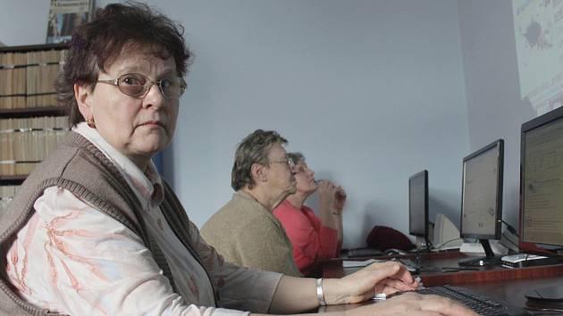 V přeplněné studovně Městské knihovny v Pelhřimově byla ve čtvrtek zahájena první hodina počítačového kurzu pro mírně pokročilé.
