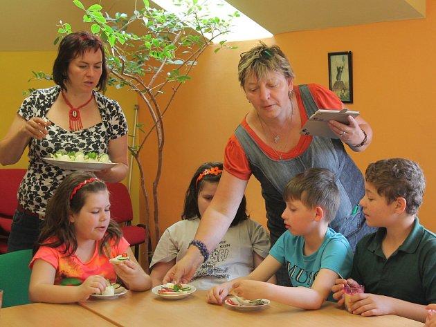 Jednohubky, vajíčka ve tvaru slepiček či obložený toustový chléb se zeleninou. Na těchto dobrotách si v pátek pochutnali v pelhřimovské knihovně školáci ze Základní školy Pelhřimov, Komenského, která zajišťuje vzdělávání dětem s mentálním postižením.