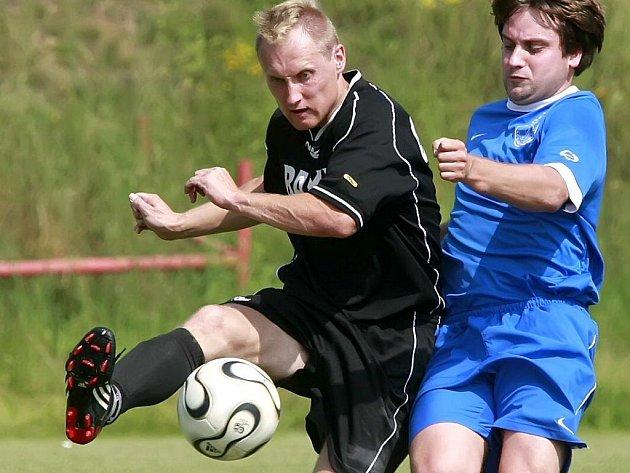 Fotbalisté Žirovnice sice v Dobroníně vysoko vyhráli, přesto trenér Leoš Mitas nejásá. Herní projev prý ještě nebyl optimální. Na snímku je  Tomáš Houška (vpravo).