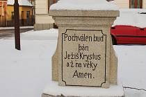 """Živé diskuse vyvolal obnovený nápis na křížku na Husově náměstí v Žirovnici, když po zásahu restaurátora písma """"svítí"""" do dálky slovo Krystus s """"y"""" namísto """"i""""."""