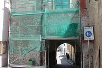 Chodci procházející pelhřimovskou Solní branou z horní strany nyní vidí na její zdi lešení.