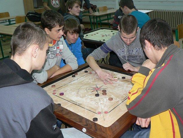 Studenti Střední průmyslové školy a středního odborného učiliště  v Pelhřimově se včera při Carromu učili koordinovat prsty a správně cvrnkat dřevěné kameny.