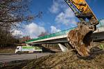Příprava demolice mostu nad dálnicí D1 na kilometru 88,4 km. Dne 27. února 2020.