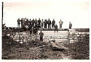 Na fotografii je kromě pracovníků vidět také nově vybudovaný přepad po povodni v roce 1949. V roce 2009 bylo v Gabrielce evidováno 30 adres. V roce 2001 ve zmíněné místní části Kamenice nad Lipou trvale žilo 92 obyvatel.