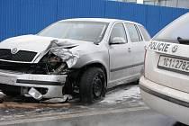 Smyk a následný náraz do plotu, který patří sběrným surovinám a pomačkané plechy na autě.To je výsledek pondělní (12. ledna 2009) nehody, která se stala okolo 11.00 hodiny na okraji Pelhřimova od Jindřichova Hradce.