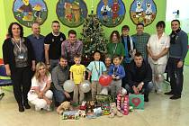 Členové FK Pelhřimov zamířili na dětské oddělení nemocnice s dary už loni před Vánocemi.