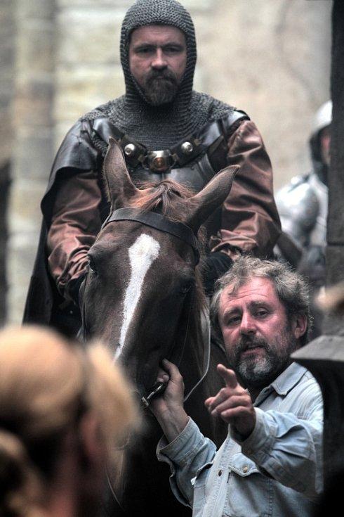 """Václav Plánka je coby horsemaster nepostradatelným členem štábu, který točí film, v němž se objevují nejenom koně, ale i ostatní zvířata. Stará se o to, aby spolupráce """"dvounožců"""" a """"čtyřnožců"""" na place vždy dopadla tak, jak má."""