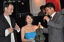 Čínská houslistka Xiaoke zahájila pomocí kamenného nástroje od Jana Řeřichy český den na šanghajském Expu.